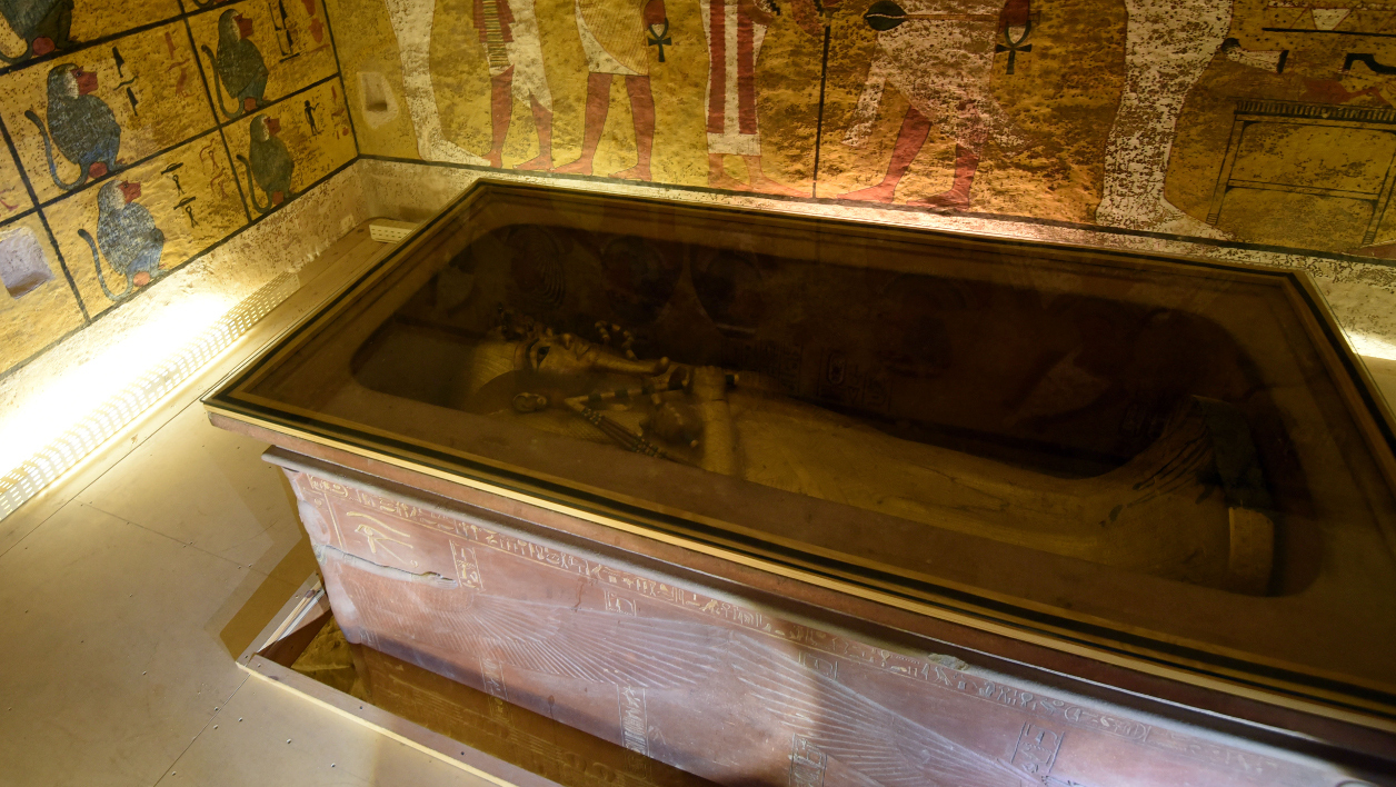 sarcophage de Toutankhamon - A picture taken on April 1, 2016, shows the golden sarcophagus of King Tutankhamun displayed in his burial chamber in the Valley of the Kings, close to Luxor, 500 kms south of the Egyptian capital Cairo. Egypt's antiquities minister said more tests were needed to determine whether there is a secret chamber in the tomb of Tutankhamun that some believe may hide Queen Nefertiti's remains. MOHAMED EL-SHAHED / AFP