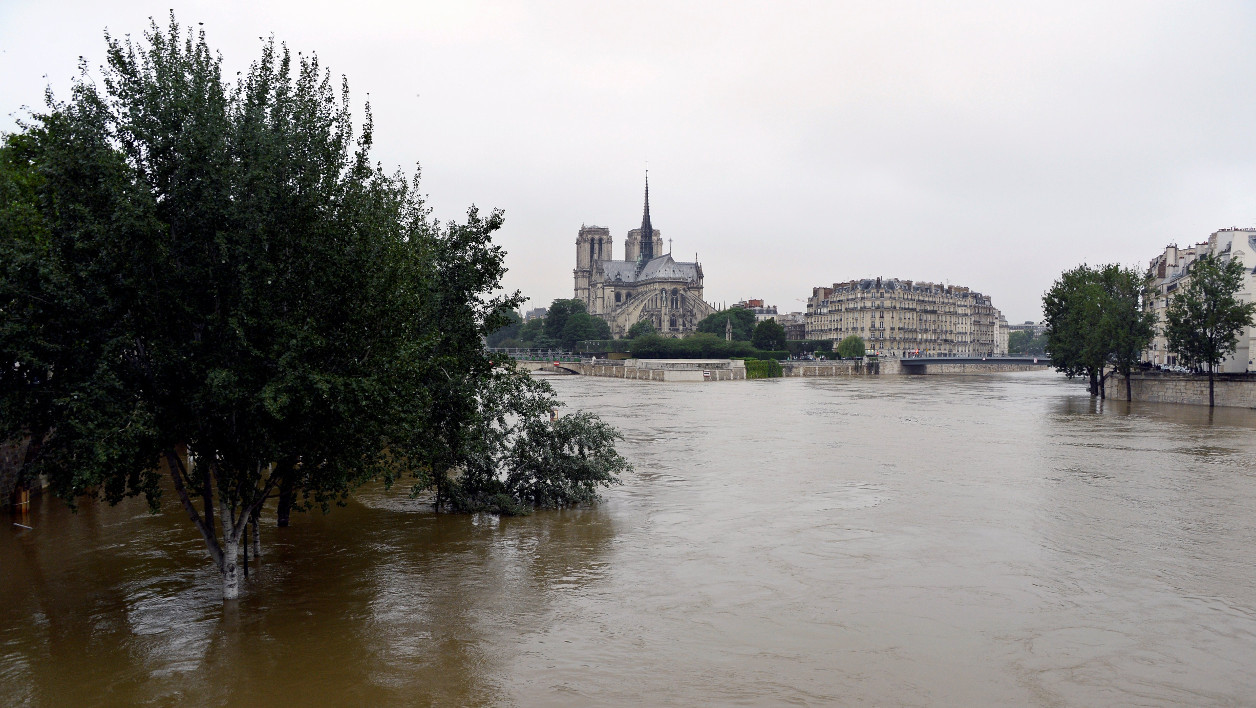 Inondations A photo taken on June 2, 2016 shows the flooded banks of the river Seine in Paris. Torrential downpours have lashed parts of northern Europe in recent days, leaving four dead in Germany, breaching the banks of the Seine in Paris and flooding rural roads and villages. BERTRAND GUAY / AFP