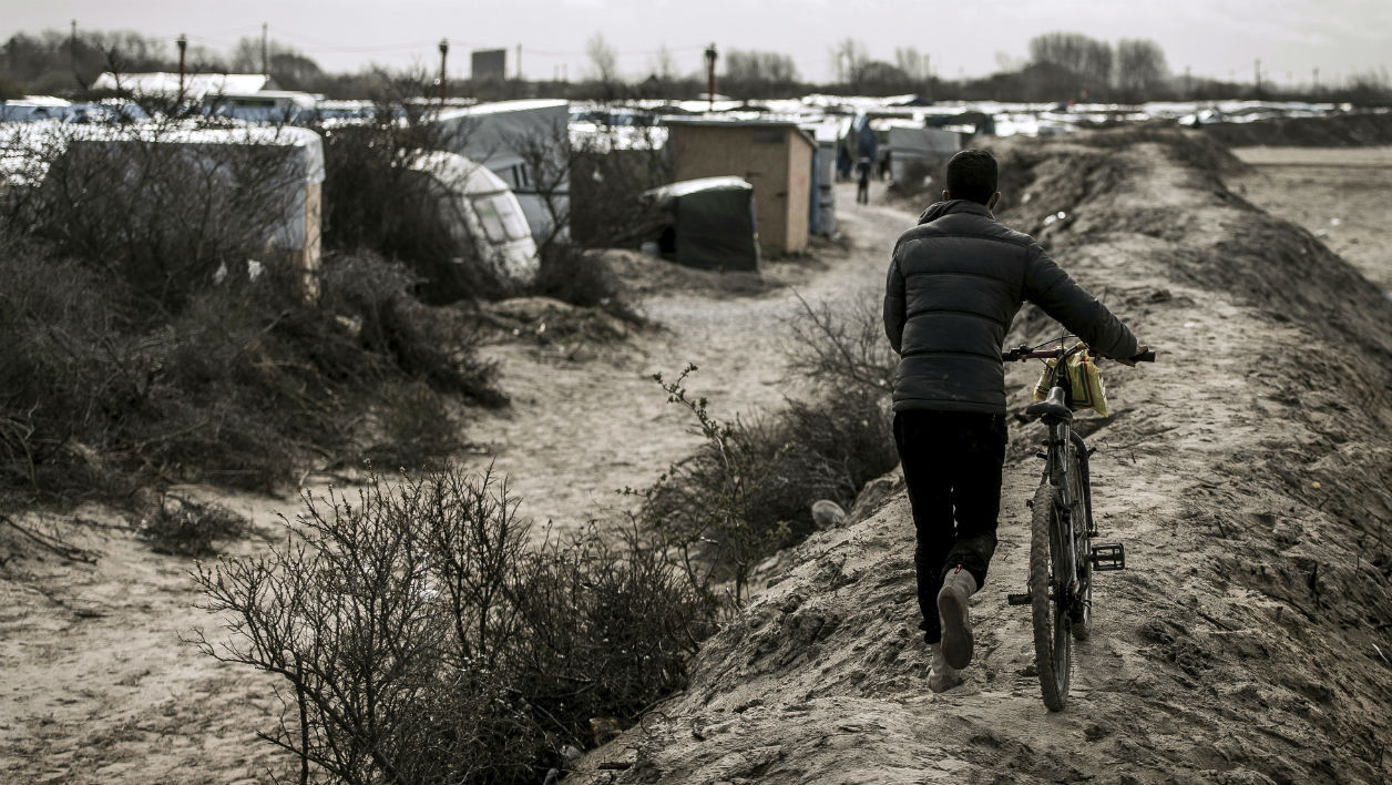 Un migrant dans la jungle de Calais le 30 mars 2016