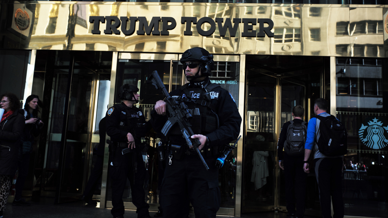 Un policier en faction devant la Trump Tower, le 14 novembre 2016.