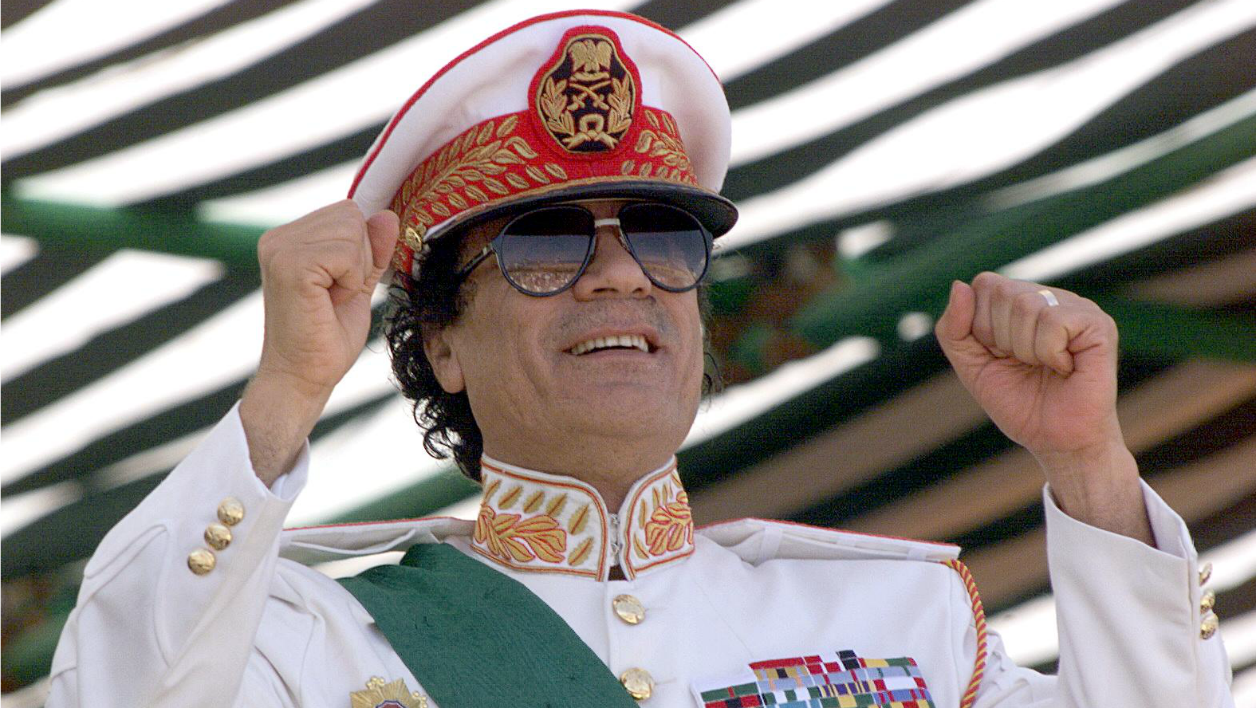 Libyan leader Moamer Kadhafi salutes his soldiers during a five-hour military parade in Triploi 07 September 1999 to mark the 30th anniversary of the Libyan Revolution that brought him to power. (ELECTRONIC IMAGE) MARWAN NAAMANI / AFP