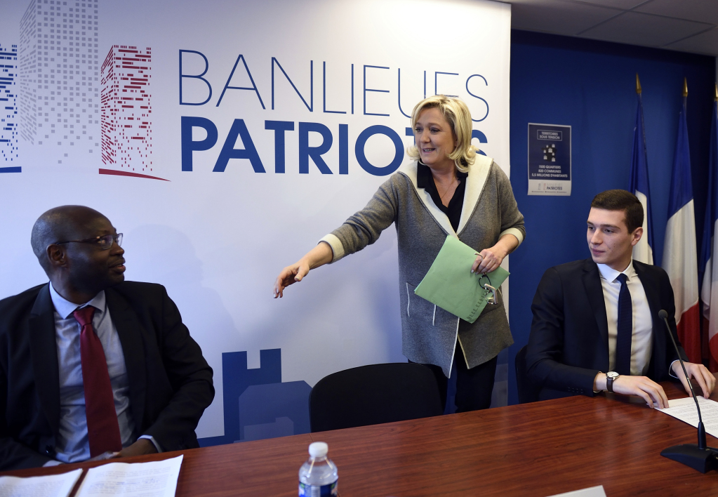 Guy Deballe, Marine Le Pen et Jordan Bardella en janvier 2016 (photo d'illustration)