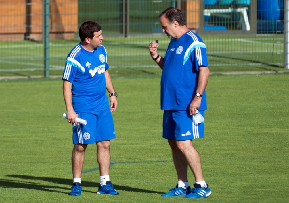 Marcelo Bielsa en discussion avec son adjoint Pablo Quiroga