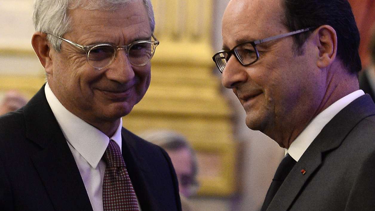 French President Francois Hollande (R) talks with President of the French National Assembly, Claude Bartolone during a symposium on re-founding democracy (Refaire la democratie) on October 6, 2016 at the Hotel de Lassay in Paris.  STEPHANE DE SAKUTIN / POOL / AFP