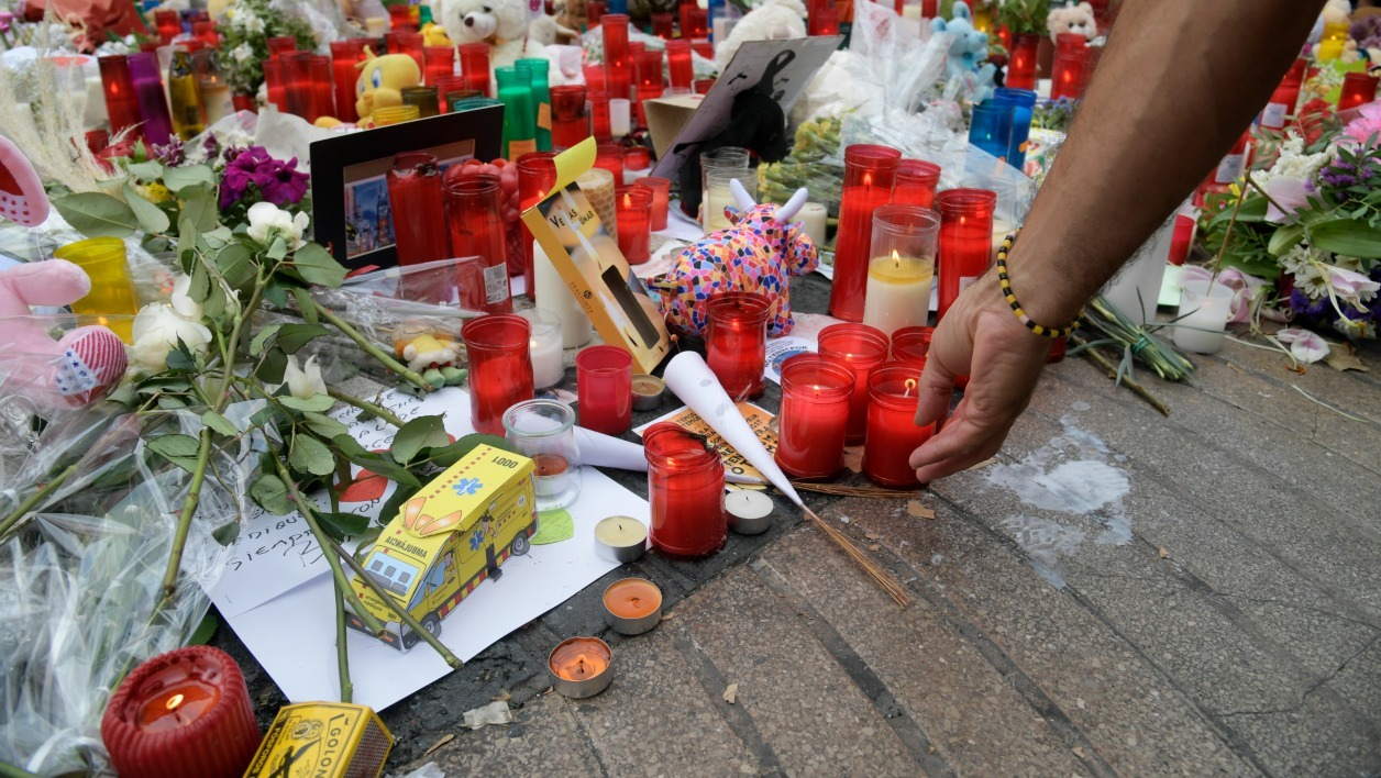 People pay tribute to the victims of the Barcelona attack on Las Ramblas boulevard in Barcelona on August 19, 2017, two days after a van ploughed into the crowd, killing 13 persons and injuring over 100. Drivers have ploughed on August 17, 2017 into pedestrians in two quick-succession, separate attacks in Barcelona and another popular Spanish seaside city, leaving 14 people dead and injuring more than 100 others. JAVIER SORIANO / AFP