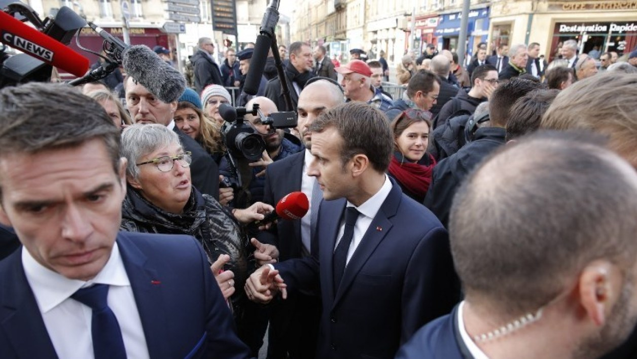 French President Emmanuel Macron talks with residents as he arrives to attend the weekly cabinet meeting at the Ardennes Prefecture in Charleville-Mezieres, Eastern France, November 7, 2018 as part of a World War One commemoration tour.  PHILIPPE WOJAZER / POOL / AFP