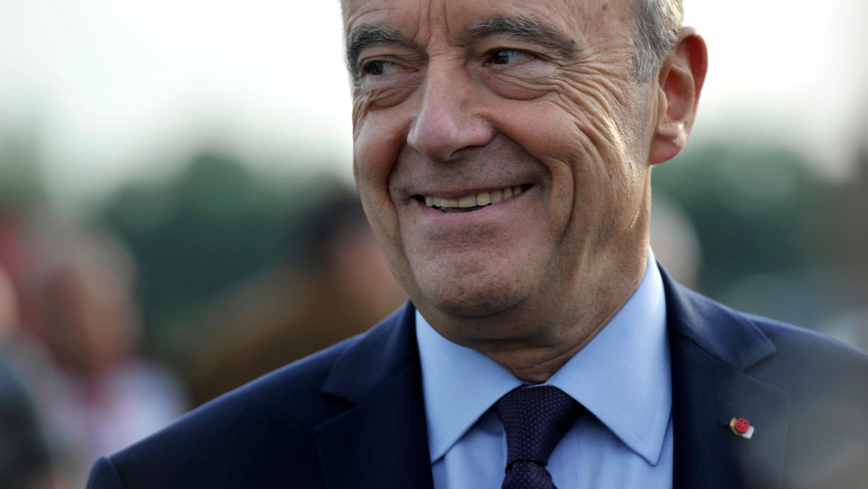 Mayor of Bordeaux and candidate for the right-wing Les Republicains (LR) party primaries ahead of the 2017 presidential election Alain Juppe arrives for the 123rd National Congress of Firefighters on September 22, 2016 in Tours, central France.  GUILLAUME SOUVANT / AFP