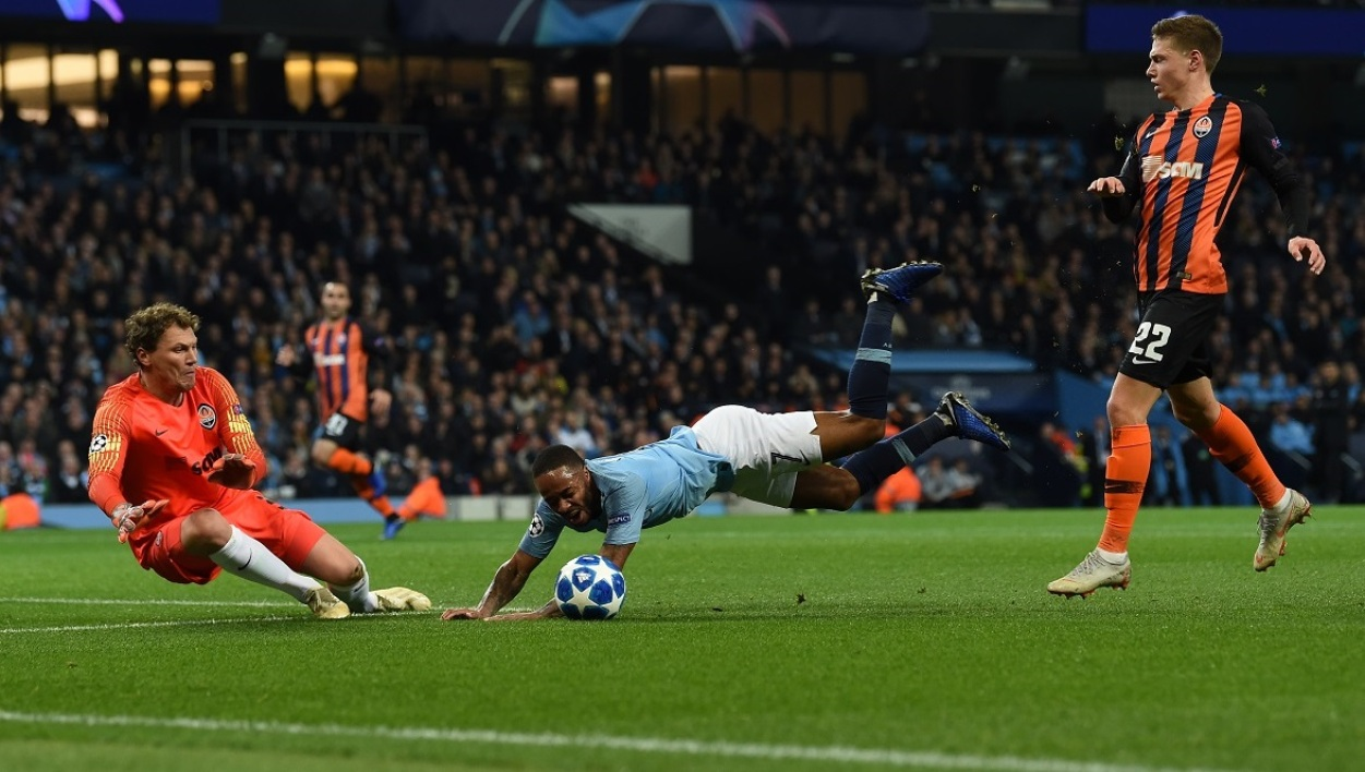 Manchester City-Chakhtior: Sterling s'excuse après sa grossière simulation