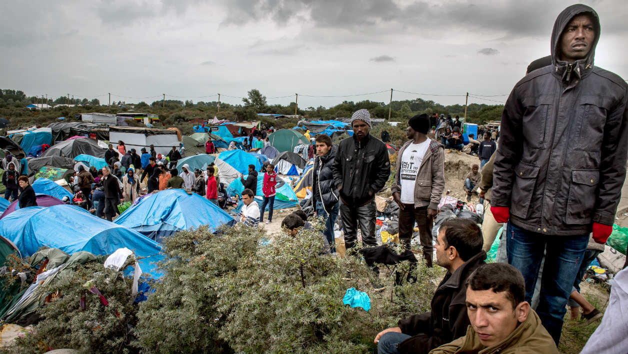 "La ""jungle"" à Calais, où se retrouvent de plus en plus de migrants."