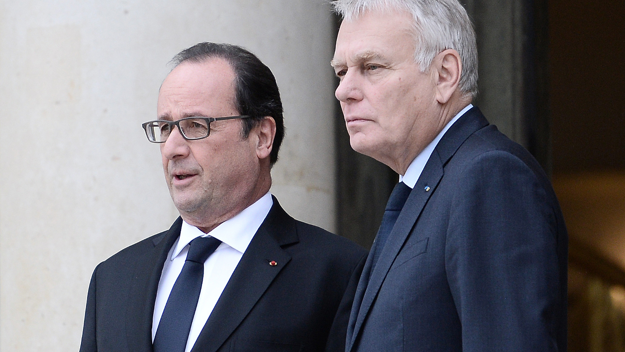 French President Francois Hollande (L) talks with French Foreign Minister Jean Marc Ayrault following their meeting with Chile's President on June 2, 2016 at the Elysee Presidential Palace in Paris.  STEPHANE DE SAKUTIN / AFP
