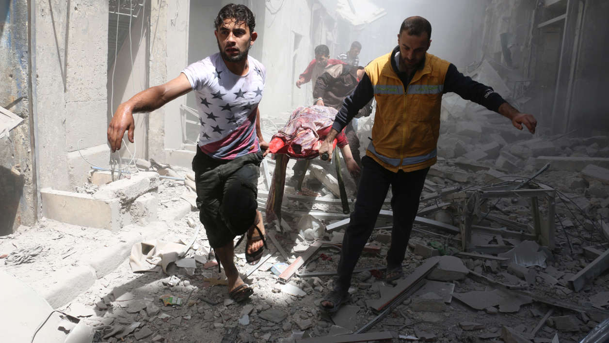Syrie syria alep Syrian men carry a body on a stretcher amid the rubble of destroyed buildings following a reported air strike on the rebel-held neighbourhood of Al-Qatarji in the northern Syrian city of Aleppo, on April 29, 2016. Fresh bombardment shook Syria's second city Aleppo, severely damaging a local clinic as outrage grows over an earlier air strike that destroyed a hospital. The northern city has been battered by a week of air strikes, rocket fire, and shelling, leaving more than 200 civilians dead across the metropolis. The renewed violence has all but collapsed a fragile ceasefire deal that had brought an unprecedented lull in fighting since February 27.  AMEER ALHALBI / AFP