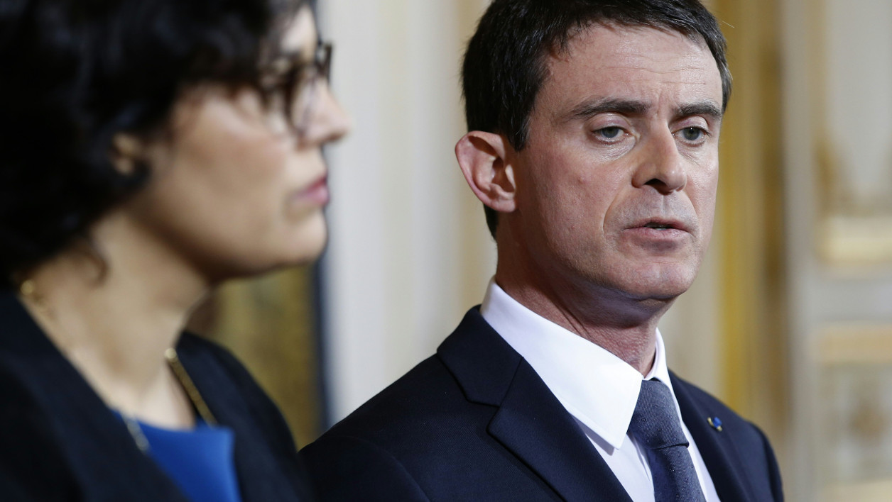 French Prime minister Manuel Valls (R) and Labour minister Myriam El-Khomri give a press conference following a meeting with delegates of students opposed to the government's planned labour reform, on April 11, 2016 at the Hotel Matignon in Paris.  PATRICK KOVARIK / AFP