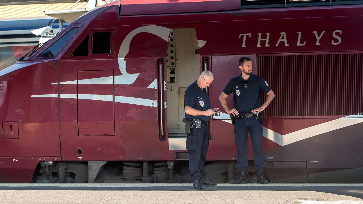 Des agents de police devant un train Thalys (photo d'illustration).