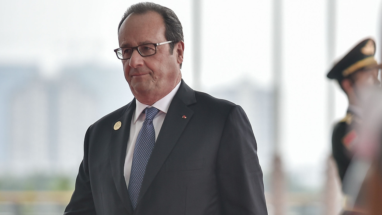 French President Francois Hollande (L) arrives at the Hangzhou Exhibition Center to participate in the G20 Summit in Hangzhou on September 4, 2016. G20 leaders met under pressure to reboot the world economy, but a stumbling push for a Syria ceasefire and Asia's heated territorial disputes intruded on the summit in Hangzhou. Etienne Oliveau / POOL / AFP