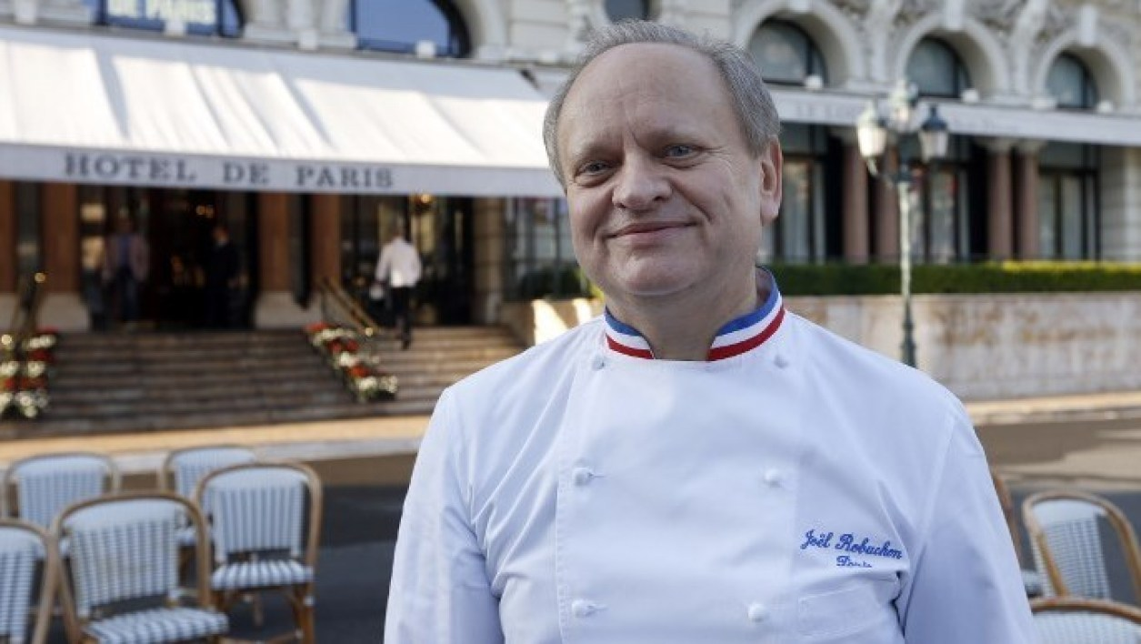 "French chef, Joel Robuchon poses during the festivities marking the 25th anniversary of French chef Alain Ducasse's restaurant ""Le Louis XV"", on November 17, 2012 in Monaco. AFP PHOTO / VALERY HACHE  Valery HACHE / AFP"