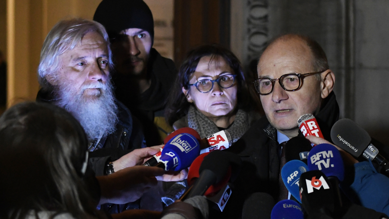 Bernard Boulloud (R), lawyer of Cecile (C) and Didier (L) Noyer, the parents of Arthur Noyer who disappeared on April 12, 2017, speaks to the press on December 20, 2017, at the courthouse of Chambery, central-eastern France.