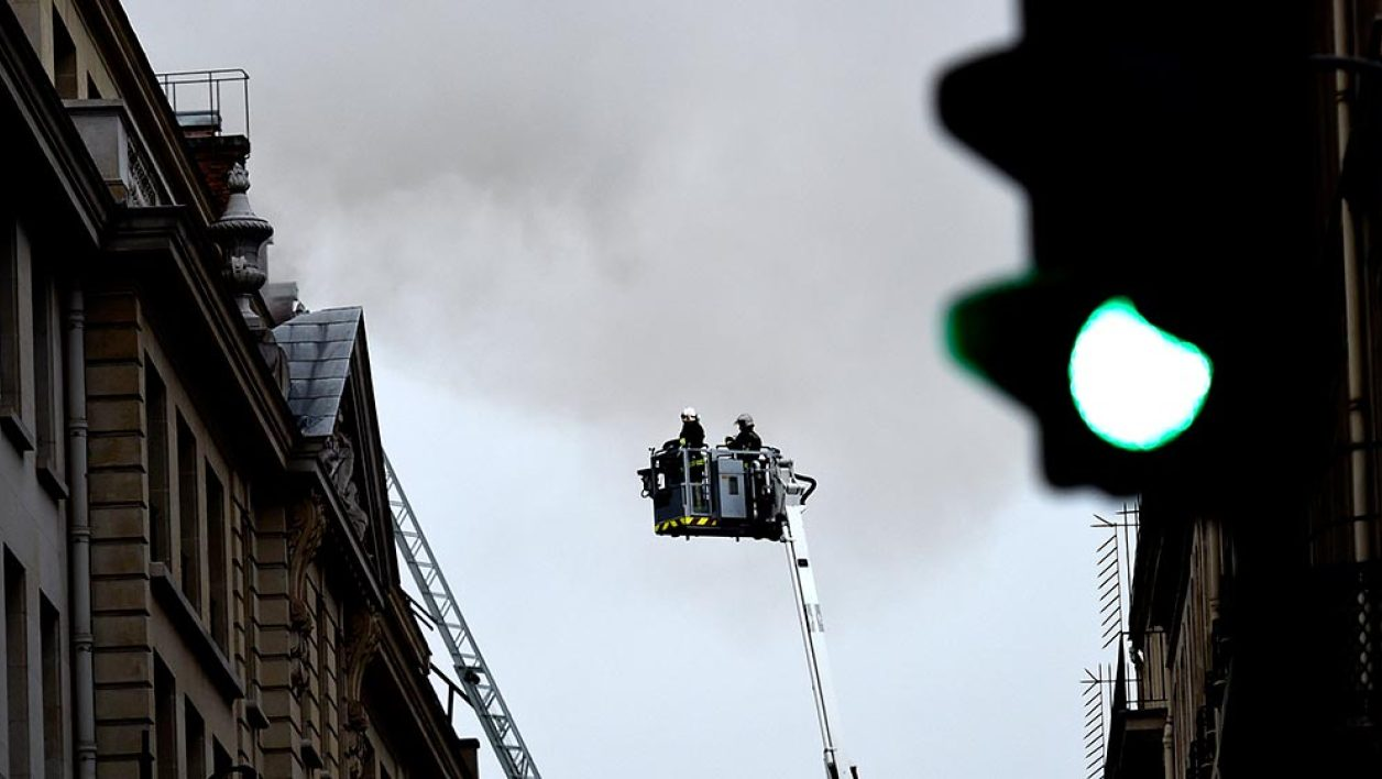 "Firefighters work on extinguishing a fire at the landmark Ritz Hotel in Paris on January 19, 2016. A major fire broke out at the landmark Paris Ritz hotel, which is closed for renovations, the fire service said. The blaze is on the ""top floor of the building and the roof"", a fire service spokesman said. AFP PHOTO / LIONEL BONAVENTURE"