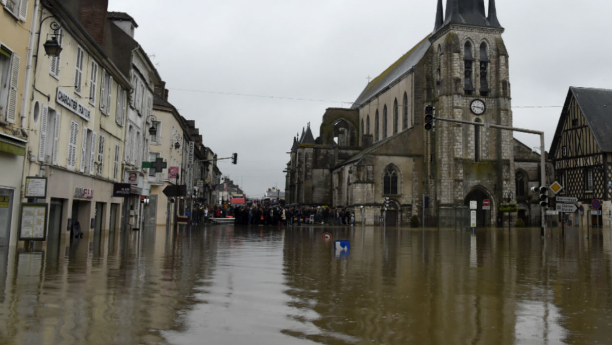 Inondations - A picture taken on June 2, 2016 shows a flooded street in Nemours after the Loing river burst its banks and forced residents to be evacuated in Nemours, some 80km south of Paris.