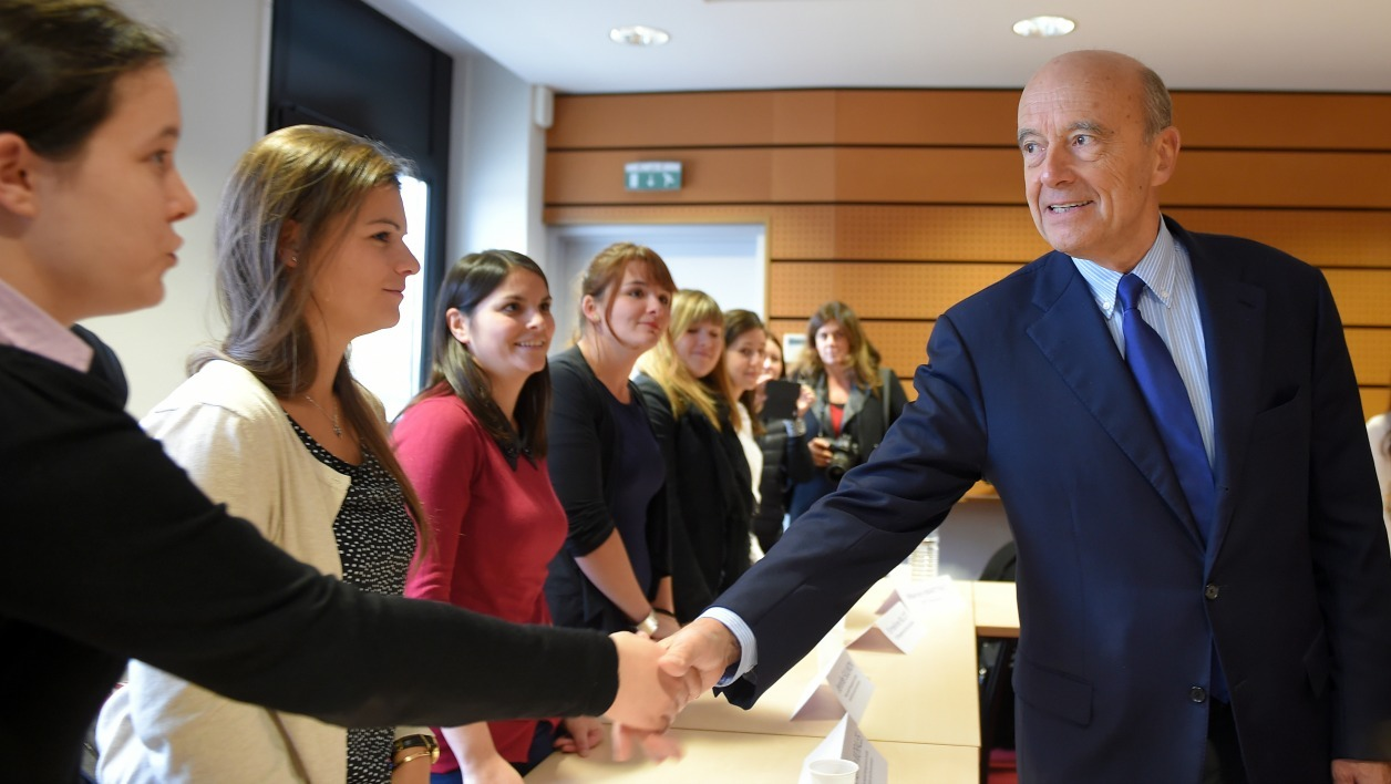 Bordeaux's Mayor and Right-wing Les Republicains (LR) party's candidate for the 2017 presidential election Alain Juppe meets young working women at the Maison De La Formation (Training and Education Centre) in Poitiers, western France, on November 7, 2016.  GUILLAUME SOUVANT / AFP