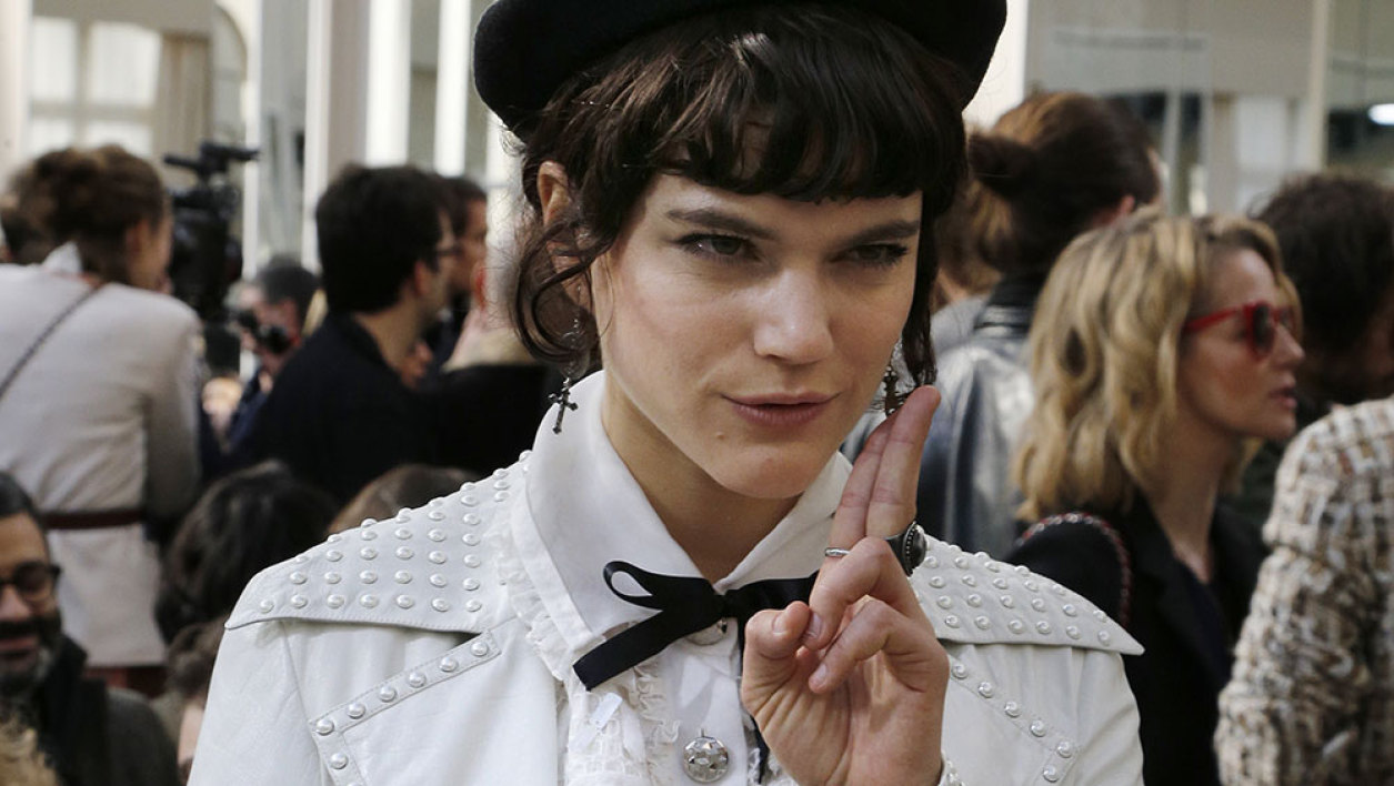 Singer Soko attends the Chanel 2016-2017 fall/winter ready-to-wear collection on March 8, 2016 in Paris.