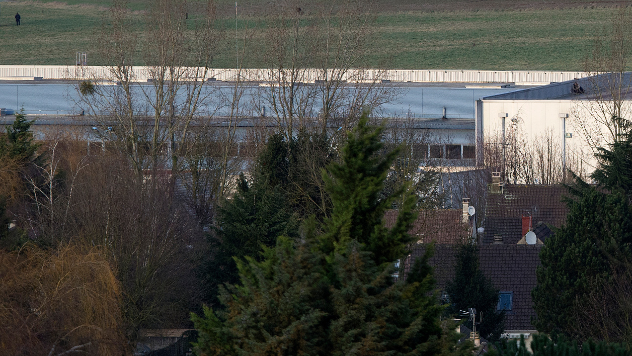 French commandos take up a position on a building in Dammartin-en-Goele, north-east of Paris, where two brothers suspected of killing 12 people in an Islamist attack on French satirical newspaper Charlie Hebdo held one person hostage as police cornered the gunmen on January 9, 2015. Elite commando units on January 9 mounted an assault killing the two Islamist brothers suspected of carrying out the Charlie Hebdo massacre, as hostages in a second hostage drama were freed at a Jewish supermarket in eastern Paris. AFP PHOTO / JOEL SAGET JOEL SAGET / AFP