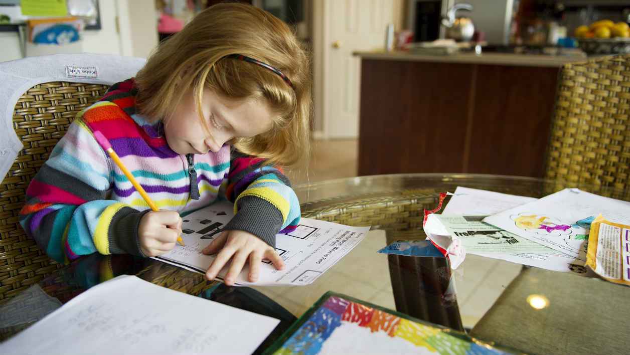 Autumn Watson does her homework in her dining room in Centreville, Maryland after class at Centreville Elementary on April 30, 2013. AFP PHOTO/JIM WATSON