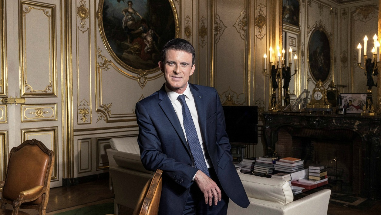 French Prime Minister Manuel Valls poses during a photo session in his office at the Hotel de Matignon in Paris on November 24, 2016.  JOEL SAGET / AFP