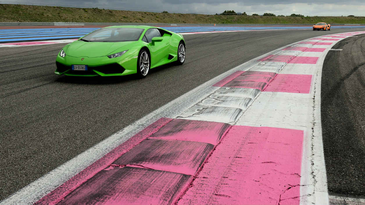 Quelle supercar a permis au Stig de battre le record du tour du circuit Top Gear France?