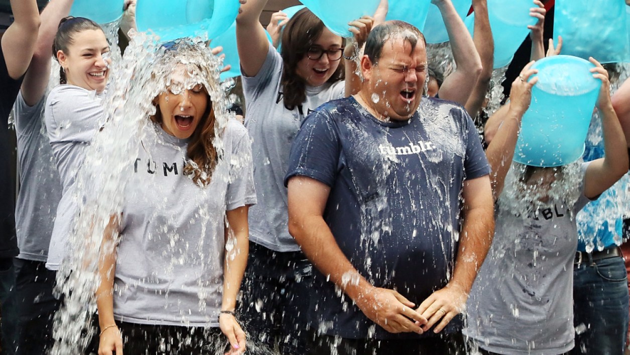 Des participants au Ice bucket challenge à New York.