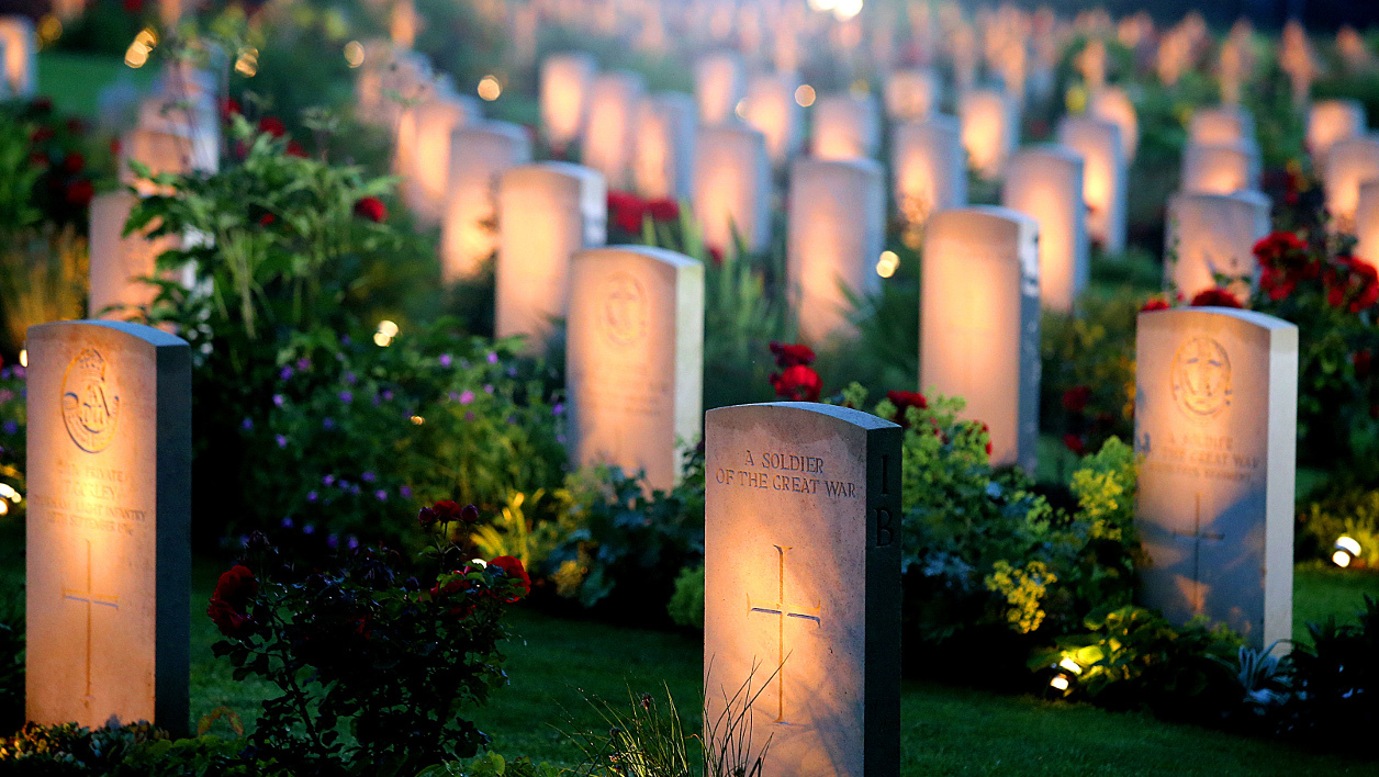 bataille de la somme - A photo taken on June 30, 2016 shows lighted WWI British soldiers graves during a ceremony to commemorate the centenary of the battle of the Somme, one of the deadliest of the World War I (1.2 million killed, missing and wounded in five months)at the memorial of Thiepval, northern France.  FRANCOIS NASCIMBENI / AFP