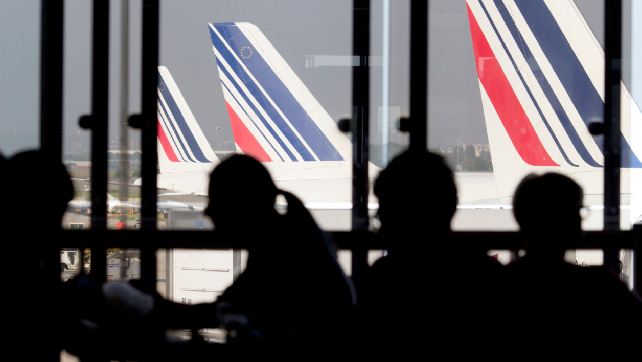 Passagers en attente d'un vol Air France.