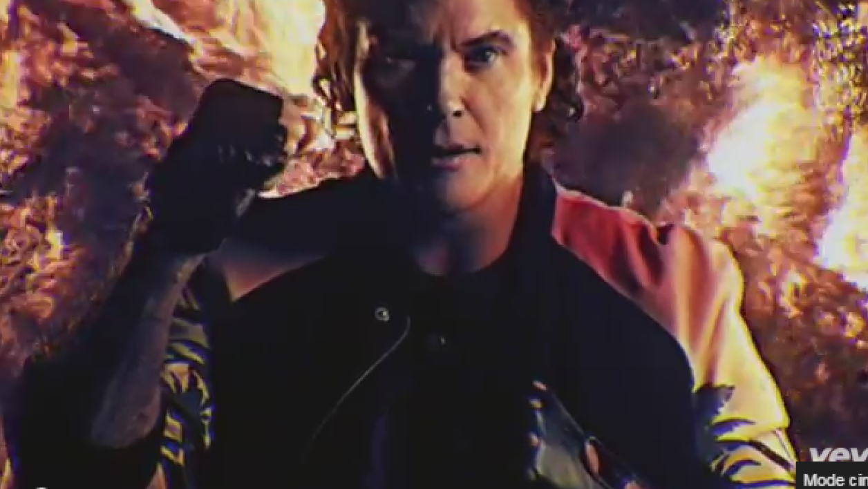 "David Hasselhoff ""on fire"" dans son nouveau clip True Survivor."