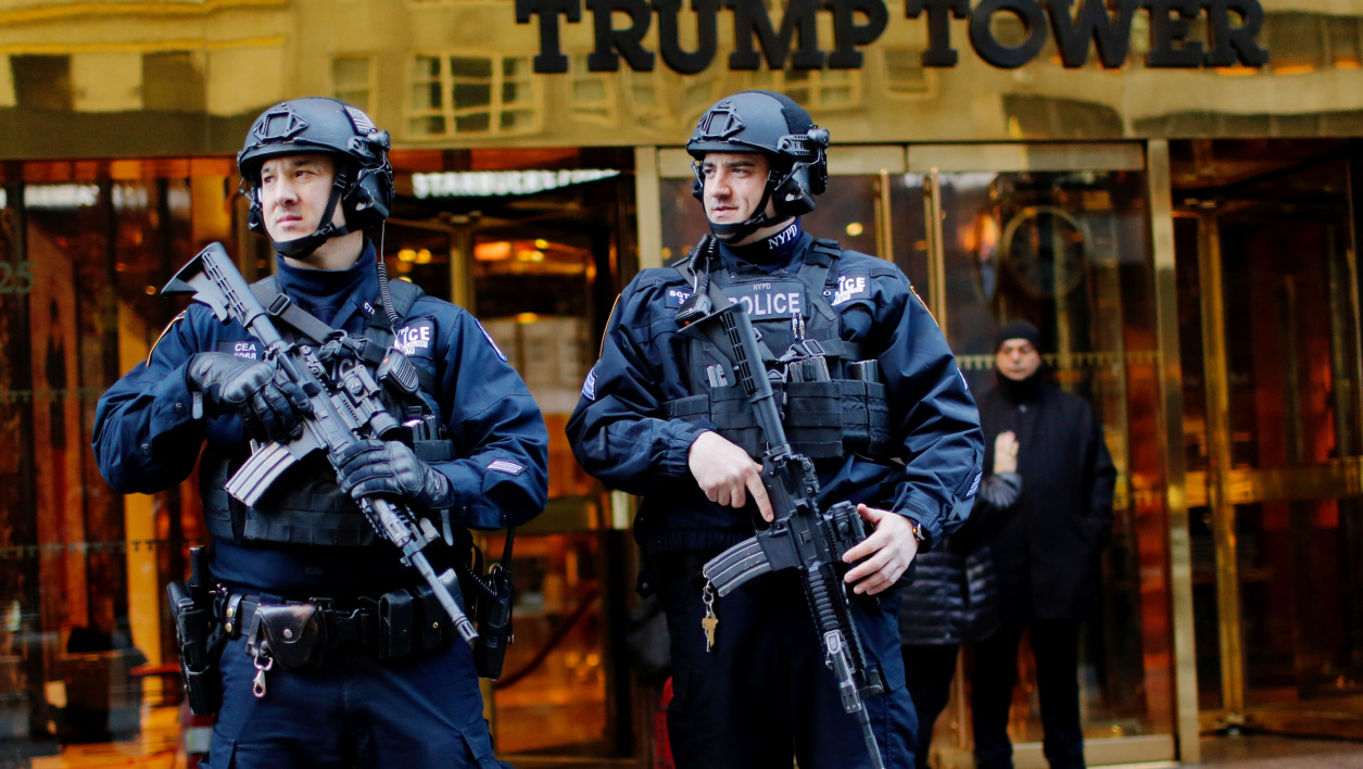 Des agents de sécurité devant la Trump Tower, le 17 novembre.