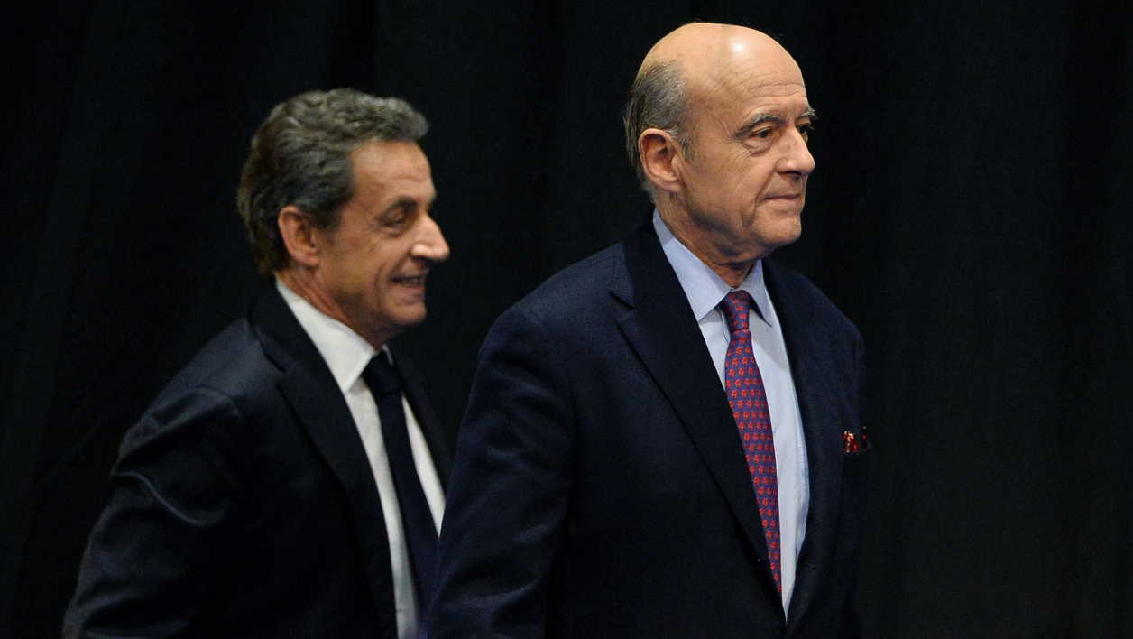 Former French President and French right-wing Les Republicains (LR) party President Nicolas Sarkozy (L) arrives with mayor of Bordeaux Alain Juppe for the campaign meeting of Virginie Calmels, LR candidate in the regional elections in the Aquitaine-Limousin-Poitou-Charentes region, in Limoges on October 14, 2015. AFP PHOTO / NICOLAS TUCAT  NICOLAS TUCAT / AFP