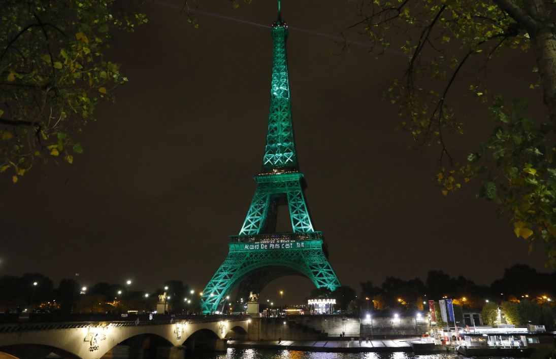 Paris - Tour Eiffel verte - Accord de Paris sur le climat - COP21