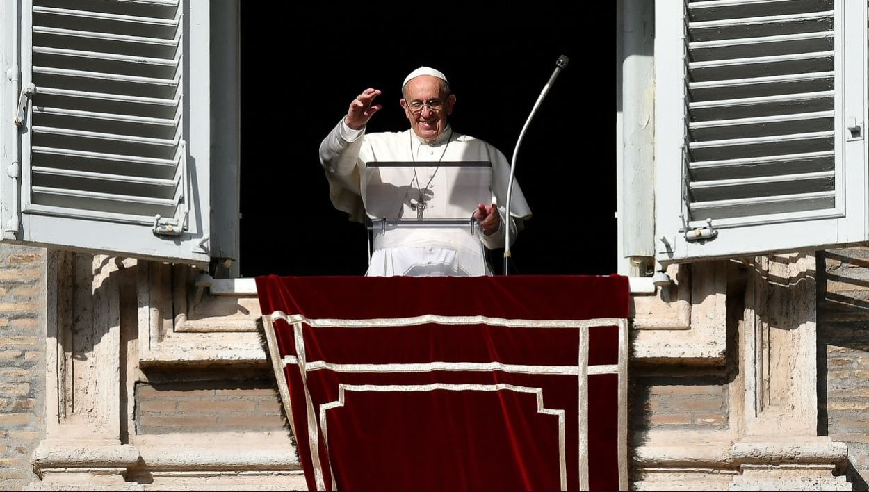 Pope Francis addresses the crowd from the window of the apostolic palace overlooking Saint Peter's square during his Angelus prayer on November 12, 2017 at the Vatican.  ALBERTO PIZZOLI / AFP