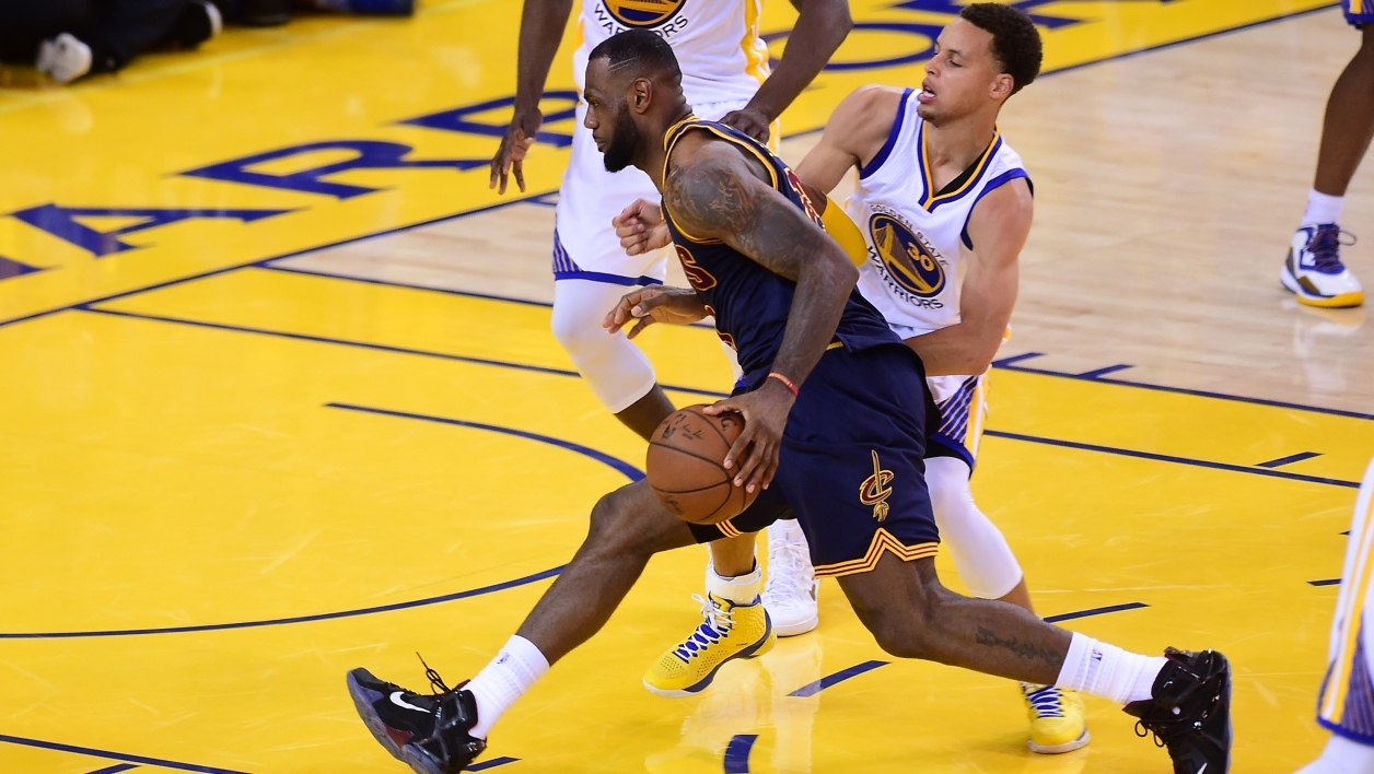 LeBron James tente de déborder Steph Curry