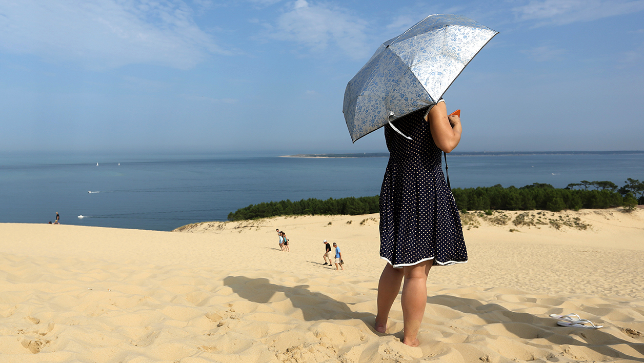 Une touriste sur la dune du Pilat, en Gironde (photo d'illustration)