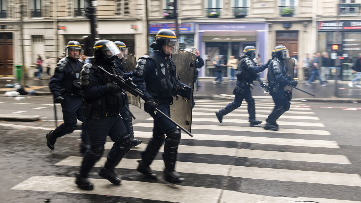 "Riot police clash with demonstrators on the sidelines of a demonstration on May 22, 2018 in Paris during a nationwide day protest by French public sector employees and public servants against the overhauls proposed by French President, calling them an ""attack"" by the centrist leader against civil services as well as their economic security.  Eric FEFERBERG / AFP"