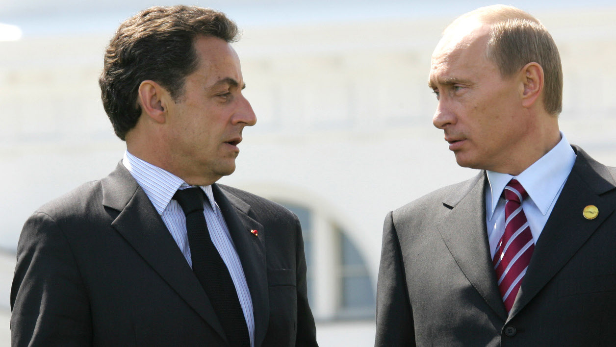 LtoR) French President Nicolas Sarkozy talks with Russian President Vladimir Putin as G8 leaders pose for the official family photo, 07 June 2007 on the second day of the G8 summit in Heiligendamm.