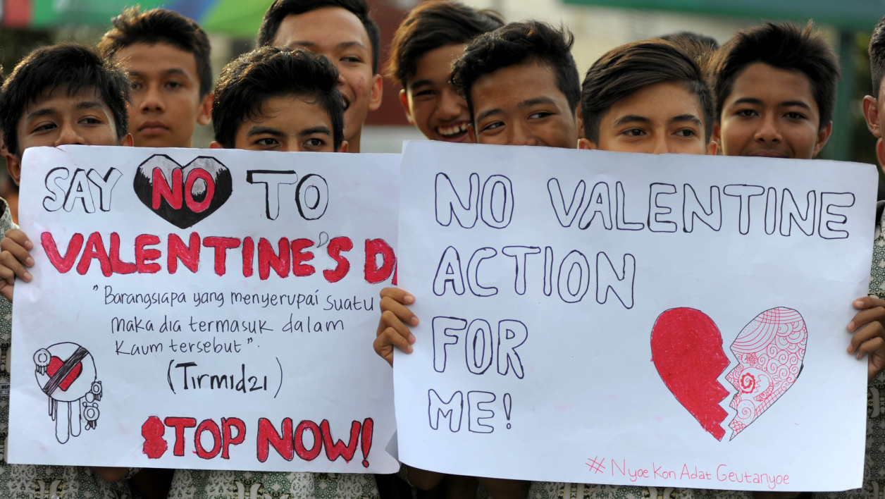 Indonesian Muslim students campaign against the celebration of Valentine's Day in Banda Aceh on February 13, 2016. Muslim clerics across Indonesia have warned against celebrating Valentine's Day, which they regard as Western celebration that promotes sex, drinking alcohol and drug use. AFP PHOTO / Chaideer MAHYUDDIN  CHAIDEER MAHYUDDIN / AFP