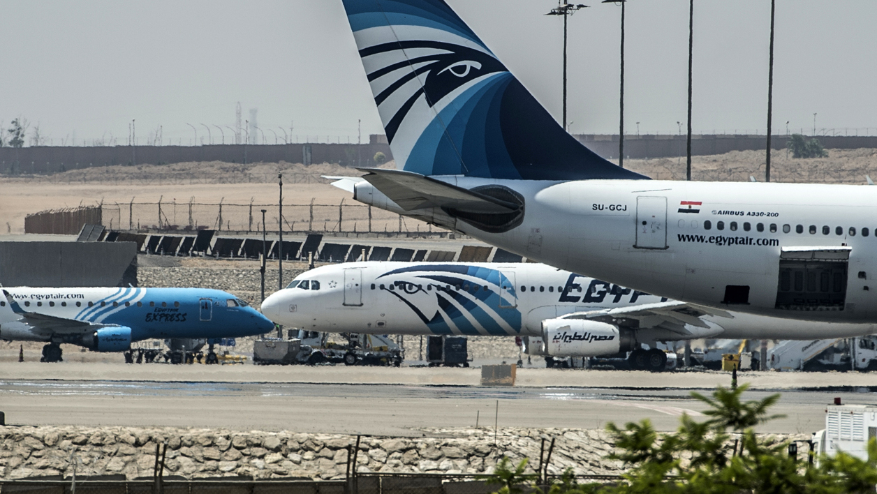 MS804 airbus a320 SU-GCC vol paris-le caire avion EgyptAir planes are seen on the tarmac at Cairo international airport on May 19, 2016 after an EgyptAir flight from Paris to Cairo crashed into the Mediterranean on with 66 people on board, prompting an investigation into whether it was mechanical failure or a bomb. Egypt's aviation minister said he could not rule out that an attack or a technical failure brought down the plane.  KHALED DESOUKI / AFP