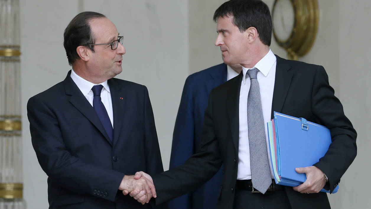 French president François Hollande (L) shakes hand with French Prime minister Manuel Valls as Valls leaves the Elysee Palace following the weekly cabinet meeting, on July 16, 2014 in Paris. AFP PHOTO / PATRICK KOVARIK PATRICK KOVARIK / AFP