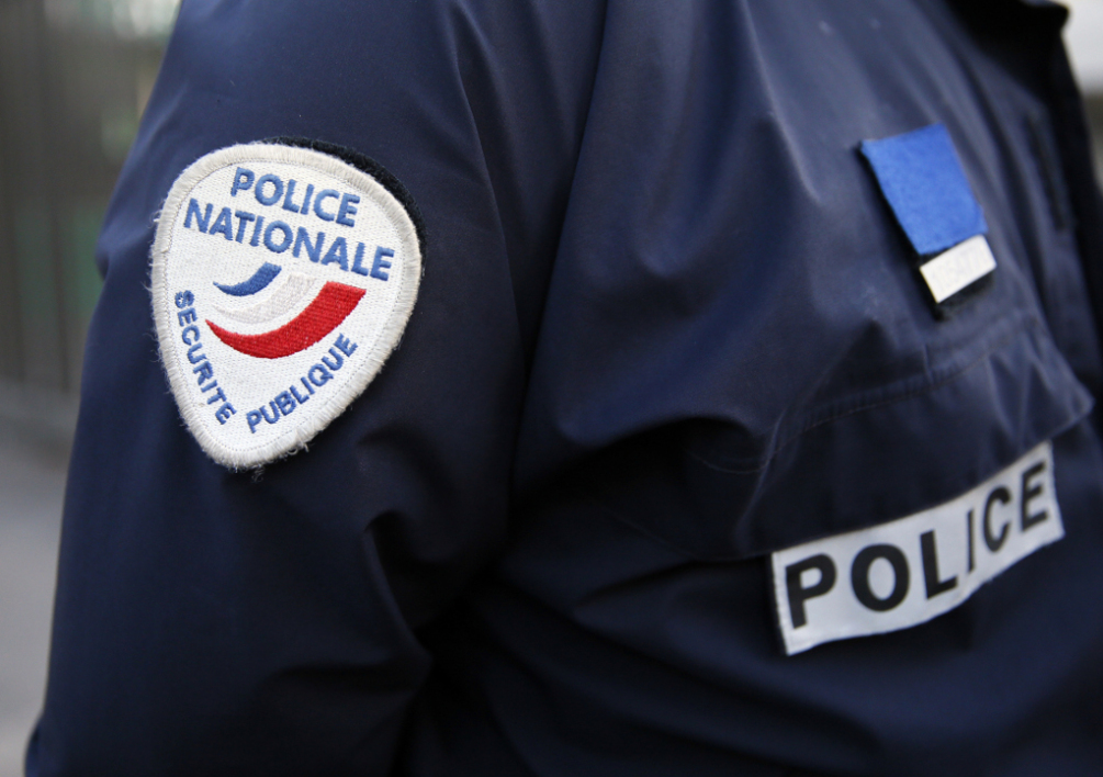 FRANCE, Sarcelles : This picture taken on January 13, 2014 shows a badge of the French police on the uniform of a policeman during a patrol in a Zone de Securite Prioritaire (ZSP, Priority Security Zone) in Sarcelles, a Parisian suburb. AFP PHOTO / PATRICK KOVARIK