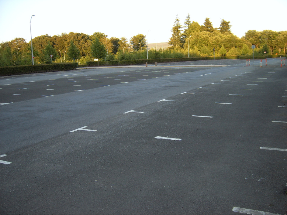 CAR PARK PARKING  VIDE VOITURE.jpg