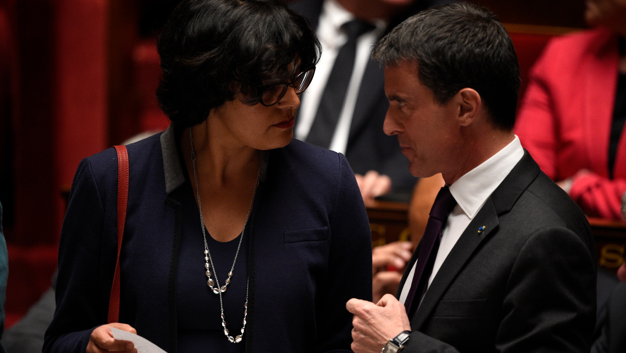 French Labour Minister Myriam El Khomri (L) talks with French Prime Minister Manuel Valls during a session of questions to the government at the National Assembly in Paris on May 11, 2016.  MARTIN BUREAU / AFP