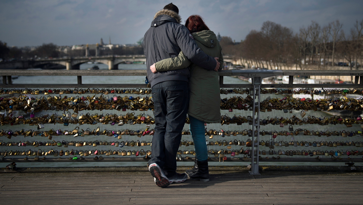 Un couple contemple la vue de la Seine, à Paris, le 13 février 2015 (image d'illustration)
