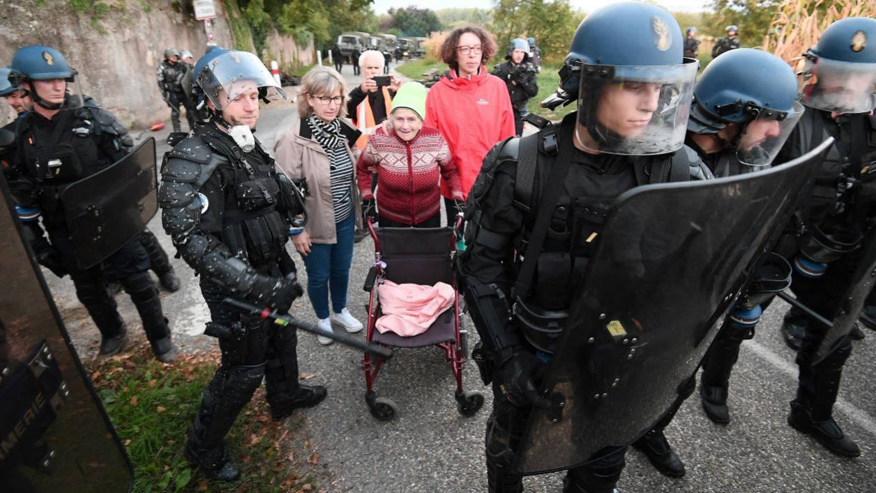 French Gendarmes take position after the evacuation of the occupants of the ZAD (zone to defend) of the Strasbourg western bypass (Grand Contournement Ouest - GCO) project on September 10, 2018 in Kolbsheim, eastern France.  FREDERICK FLORIN / AFP
