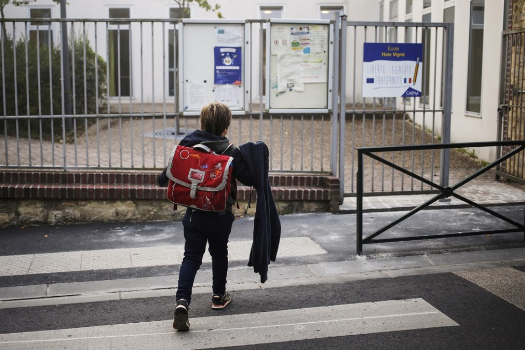 Un enfant près de son école à Caen (Photo d'illustration) en 2018.