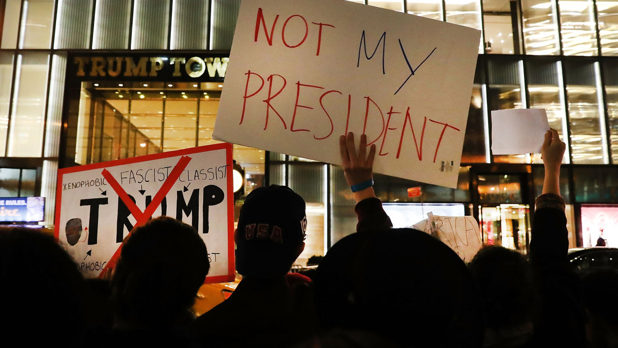 Des anti-Trump manifestent devant la Trump Tower, à New York, le 10 novembre.